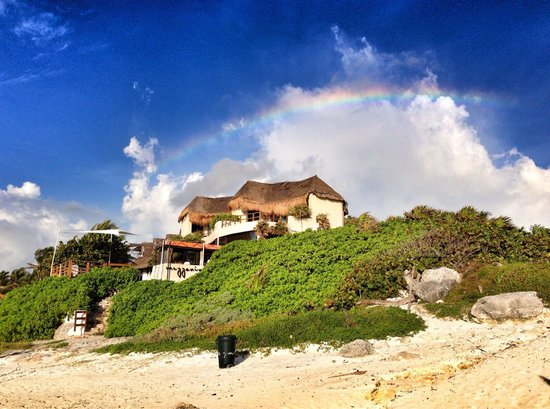 Mezzanine Colibri Boutique Hotel: View from the beach. Yes that a rainbow over the property!