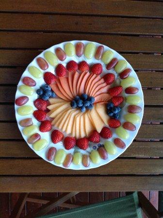 Magnetic Sunsets B&B : amazing fruit platter as part of breakfast