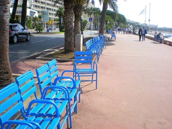 La Croisette: Blue benches