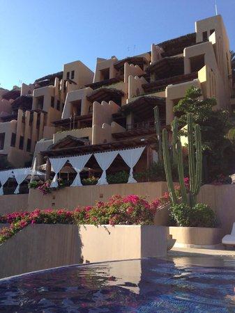 Capella Ixtapa: Vista de las terrazas de habitaciones desde la alberca