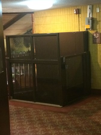 BEST WESTERN Arrowhead Lodge & Suites: Service Elevator? Or Guest Elevator?