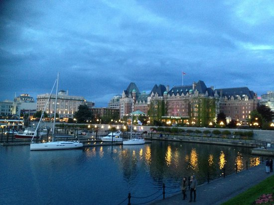 The Fairmont Empress: The view of the hotel from the walkway near parliament house