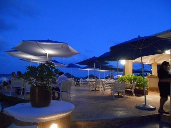 Ritz-Carlton Cancun: patio dining