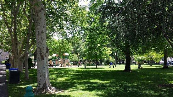 Sonoma Plaza: Play ground...nice!