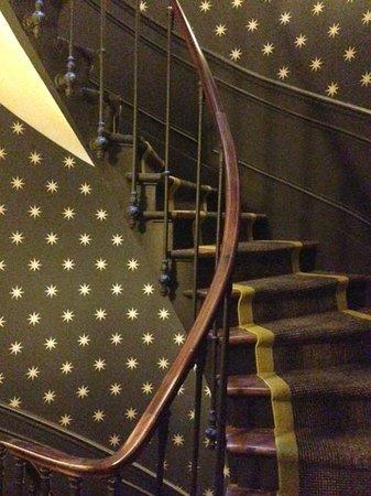 Hôtel Joyce - Astotel : 客室へ上がる螺旋階段。壁紙がかわいい。小さいがエレベーターもあるる