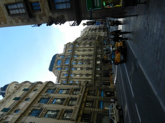 Hotel Ohla Barcelona: Hotel from down the street