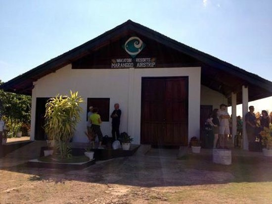 Wakatobi Dive Resort: Wakatobi airport terminal