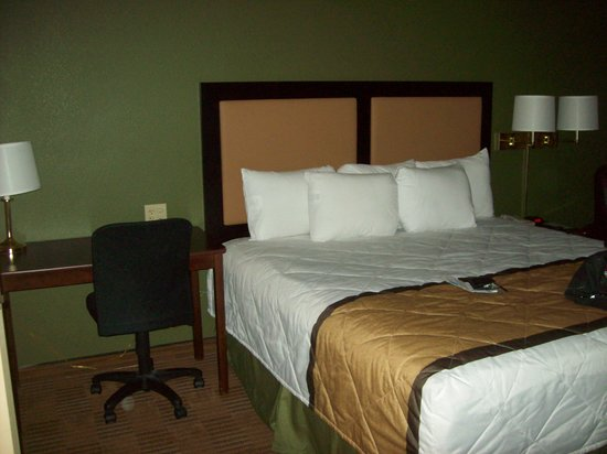 Extended Stay America - San Ramon - Bishop Ranch - West : 2nd swivel chair available at bedside table, extra pillows