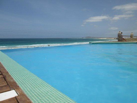 IBEROSTAR Club Boa Vista : Piscina na linha de mar