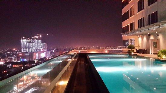 JW Marriott Hotel Medan: Pemandangan kota medan di malam hari dari kolam renang hotel JW Marriot Medan
