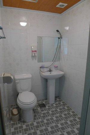 Lavinia: Clean bathroom