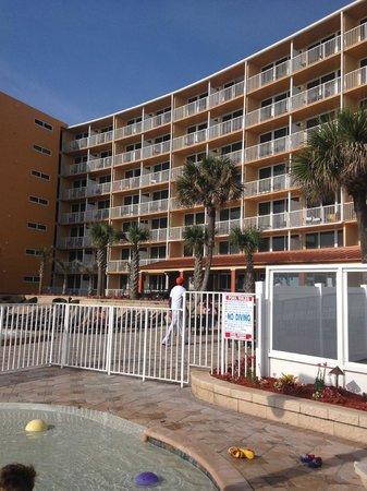 Holiday Inn Resort Daytona Beach Oceanfront : Area de piscina y hotel