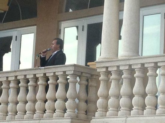 Loews Portofino Bay Hotel at Universal Orlando: Incredible Opera Singer on Balcony in Evening
