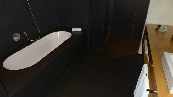 Hotel Ohla Barcelona: Nice tub