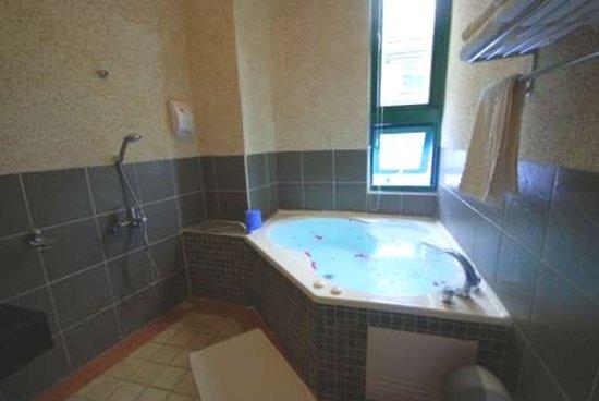 Green Window Homestay: 按摩浴缸