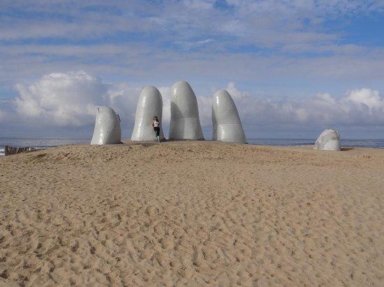 Playa Brava: monumento aos afogados-la mano
