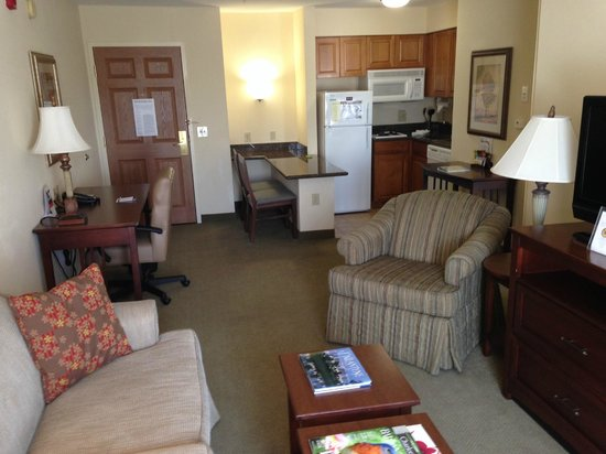 Staybridge Suites Charlotte Ballantyne: LOTS of room, plus a little kitchen area.