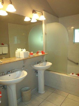 The Verandah Resort & Spa: barthroom
