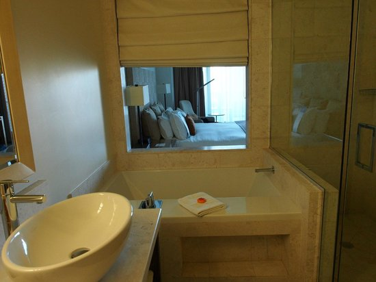 Kimpton EPIC Hotel: bath room