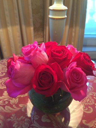 Hotel Ritz, Madrid: Beautiful bouquet of roses in the suite