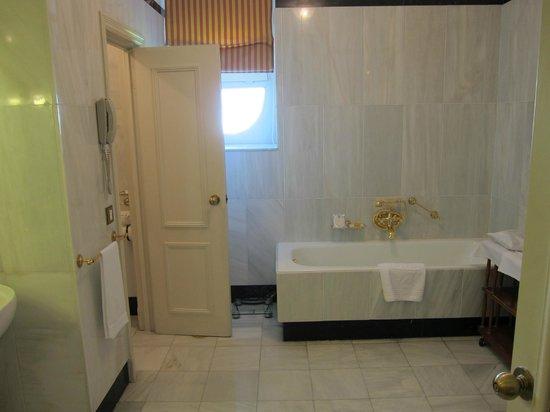 Hotel Ritz, Madrid: Clean white bathroom