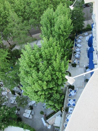 Hotel Ritz, Madrid: Look down the terrace restaurant