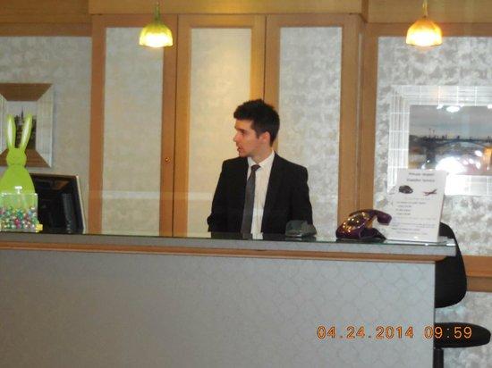 Mercure Paris Notre Dame Saint Germain des Pres: Vincent , front desk clerk