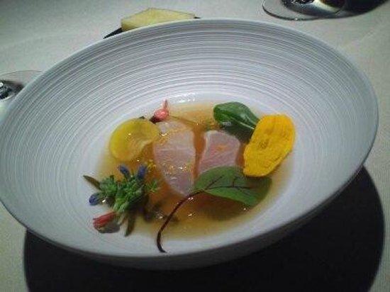 L'Astrance : 生の魚に熱いダシを注いで