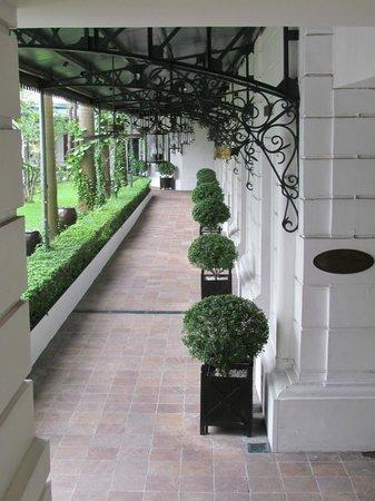 Sofitel Legend Metropole Hanoi: Breezeway near pool and shops
