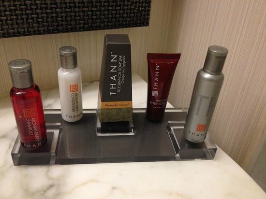 Dallas/Fort Worth Marriott Solana: nice products in room.. well laid out