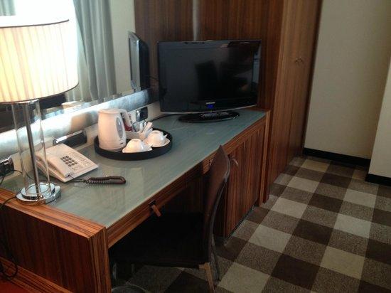 Starhotels Anderson : Instant coffee/tea set, flat screen tv, desk
