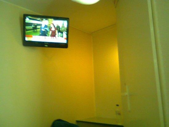 Premiere Classe Saint Quentin En Yvelines - Elancourt: Hotel room TV