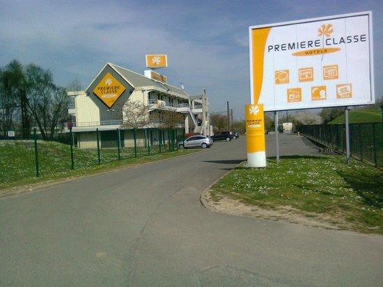 Premiere Classe Saint Quentin En Yvelines - Elancourt: Entrance to Premiere Classe