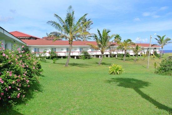 Iorana Hotel: Hotel Room & grounds