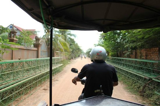 The Moon Boutique Hotel : Road to the hotel with complementary tuk tuk