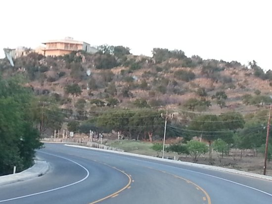 La Quinta Inn & Suites Marble Falls: Big hill up leading up to hotel