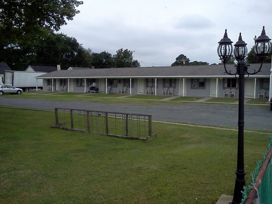 Sea Hawk Motel: Outside of rooms