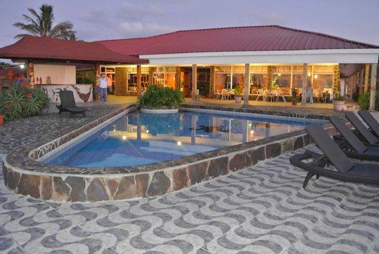 Iorana Hotel: Bar/Dinning & Pool areas