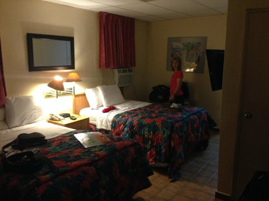 Sandy Beach Hotel: Our room, note the air conditioner above the bed