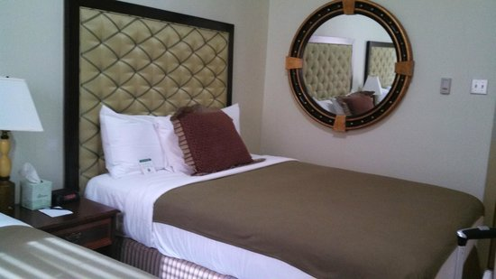 Murray Hotel: Wall mirror and queen bed