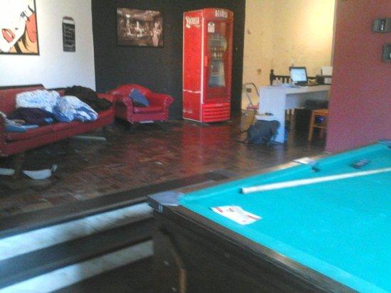 Buena Vista Hostel: Recepção, sala de TV e tem uma mesa de sinuca
