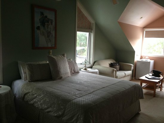 Silver Waters Bed & Breakfast: King size bed, lounge area