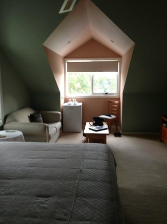 Silver Waters Bed & Breakfast: King size bed, lounge, fridge, sitting area.