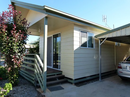 Peppertree Cabins: Our cabin & carport