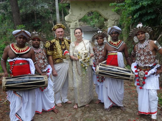Rainbow Tours Sri Lanka: with the Kandyan dancers and musicians