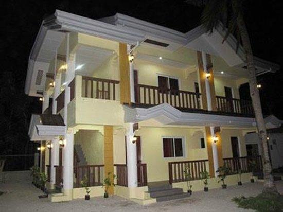 Hotel Celtis Resort: by night