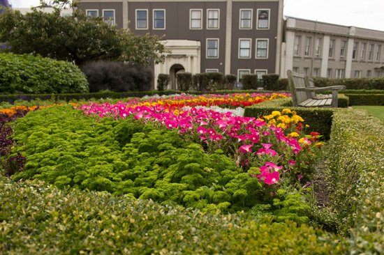 Dunedin Railway Station: Spectacular gardens surround the railway station