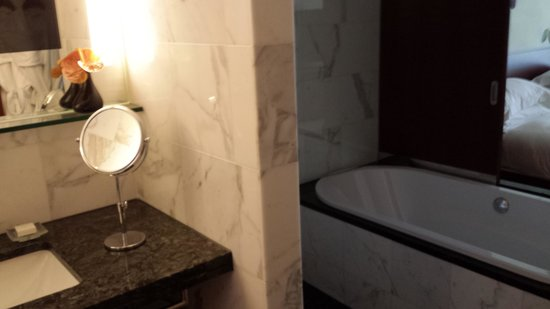 Park Hyatt Zürich: The luxurious bathroom