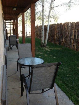 Mountain Motel: Back patio