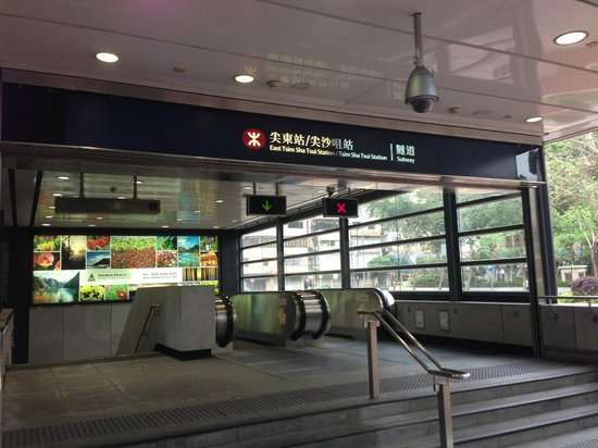 Kowloon Shangri-La Hong Kong : Underground station entrance next to the hotel